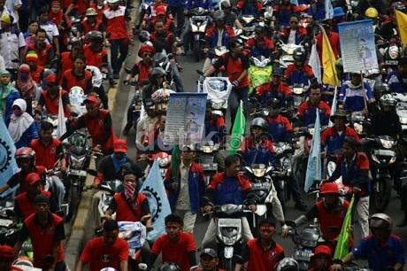 Sumber http://news.detik.com/read/2014/12/10/063548/2772740/10/buruh-akan-demo-besar-besaran-lagi-hari-ini